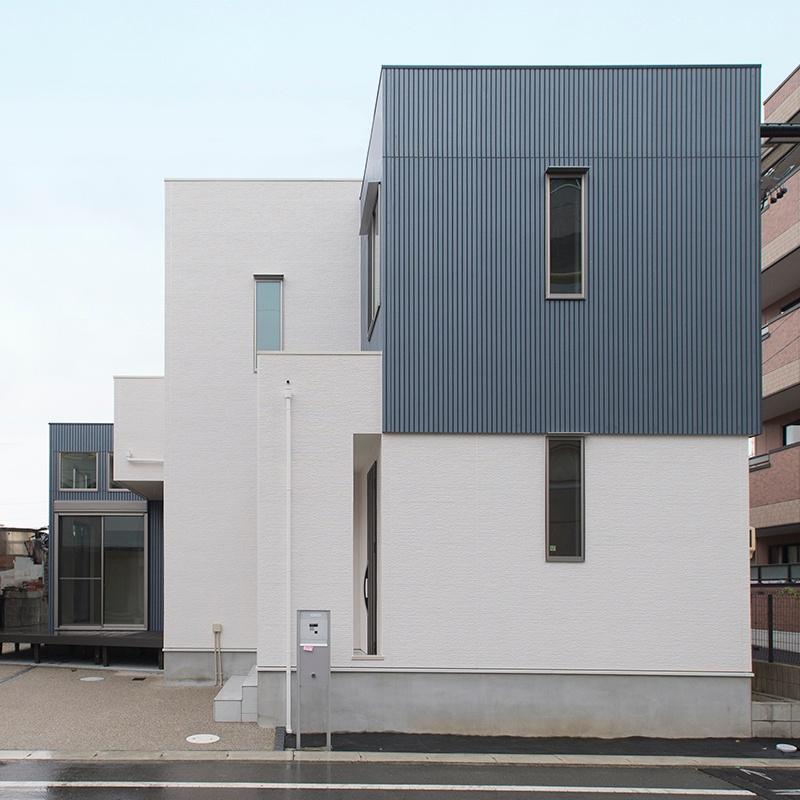 「求めたのは広さと開放感!」素材感を抑えたシックな住空間に